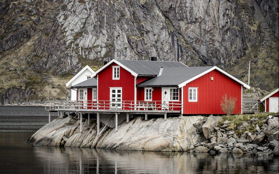Skandinavien – von Fjorden, Wasserfällen und bunten Holzbooten