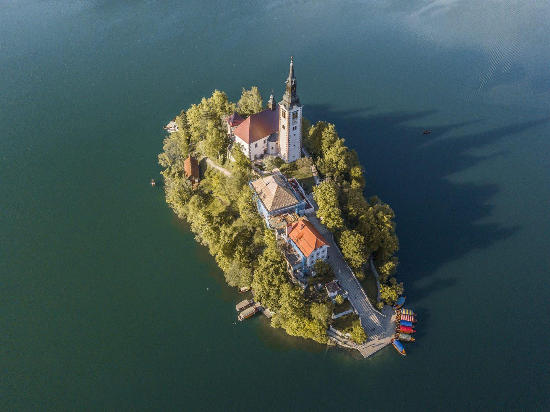 der See und seine Klosterinsel aus der Vogelperspektive