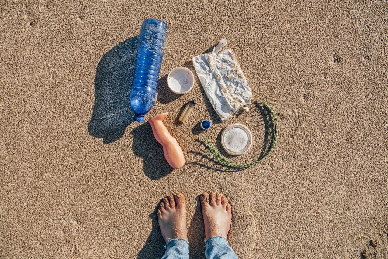 Hinterlasse nichts außer Spuren im Sand
