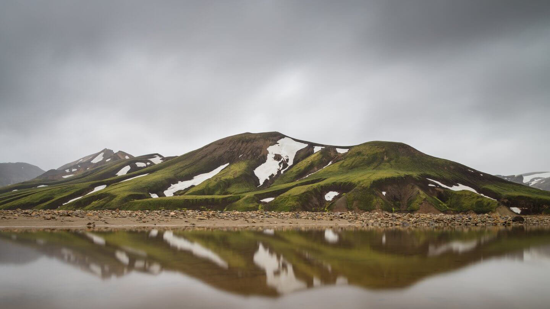 Spiegelung der bunten Berge in Landmannalaugar
