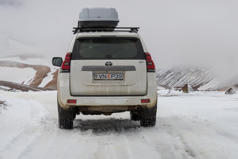 Neuschnee bei der Anfahrt zum Geothermalgebiet Kerlingarfjöll
