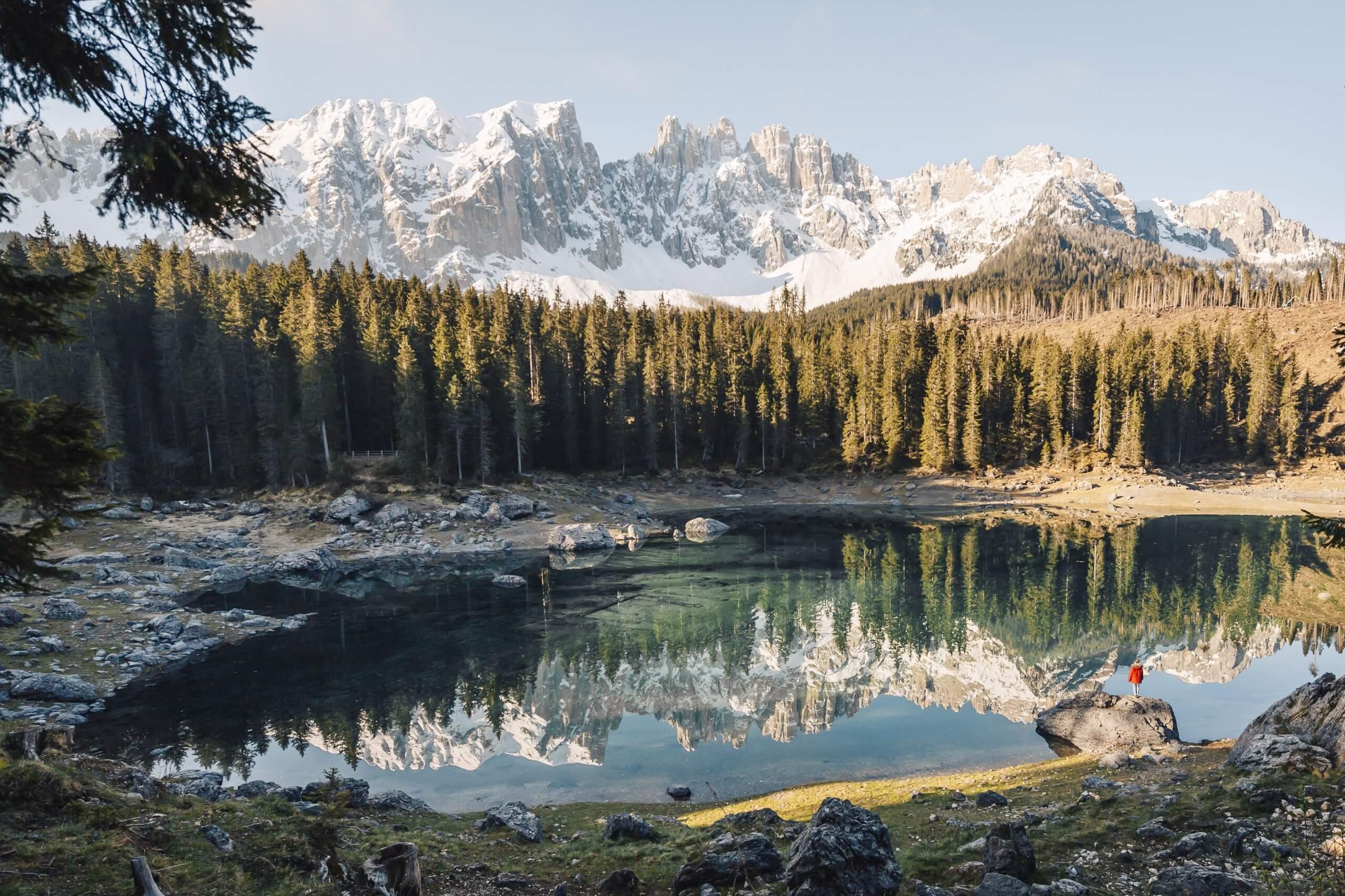 am wunderschönen Karersee - ein Highlight auf jedem Dolomiten Roadtrip