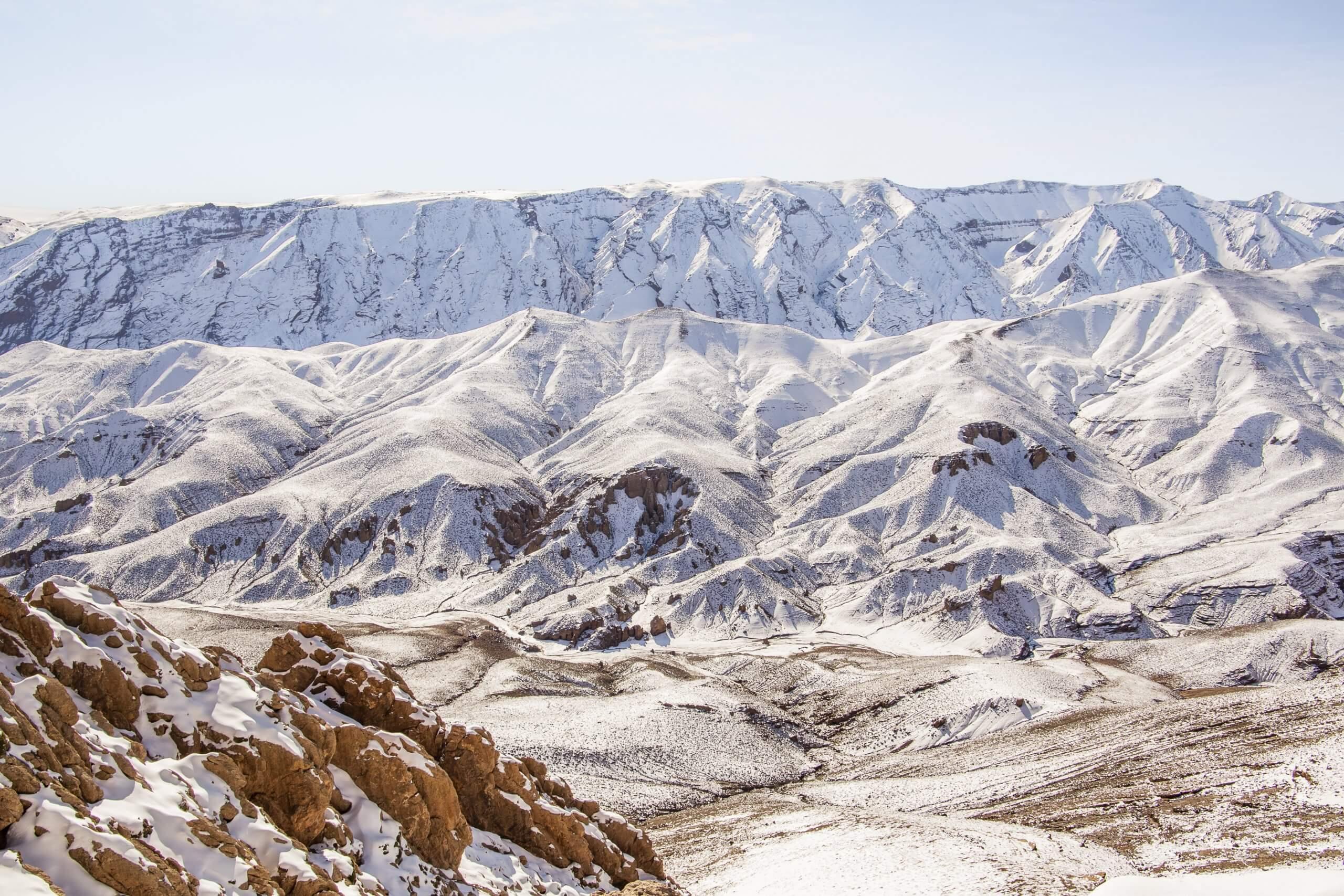durch die schneebedeckten Berge