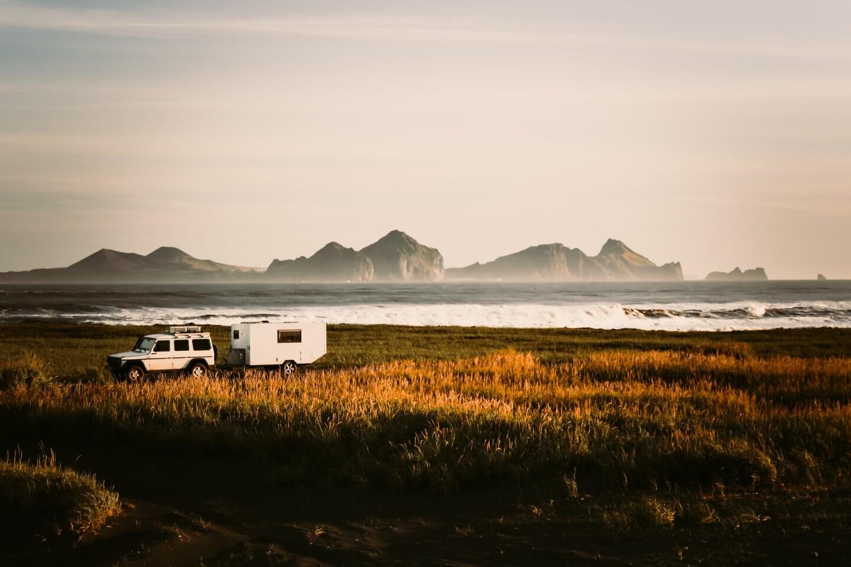 mit dem Offroad-Caravan an einem ihrer Lieblings Camps