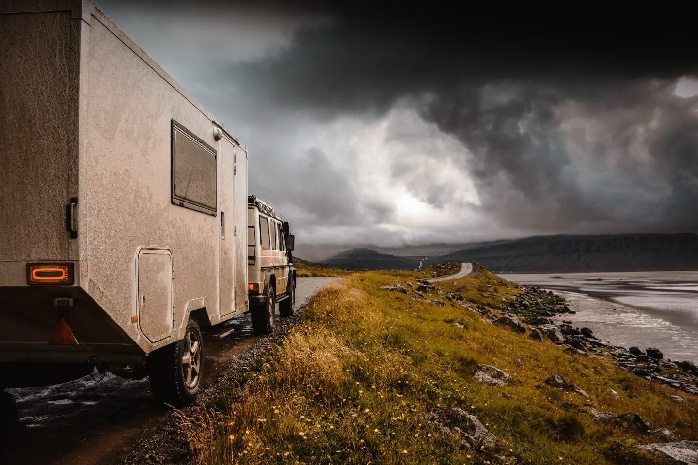mit Geländewagen und Wohnanhänger quer durch Island