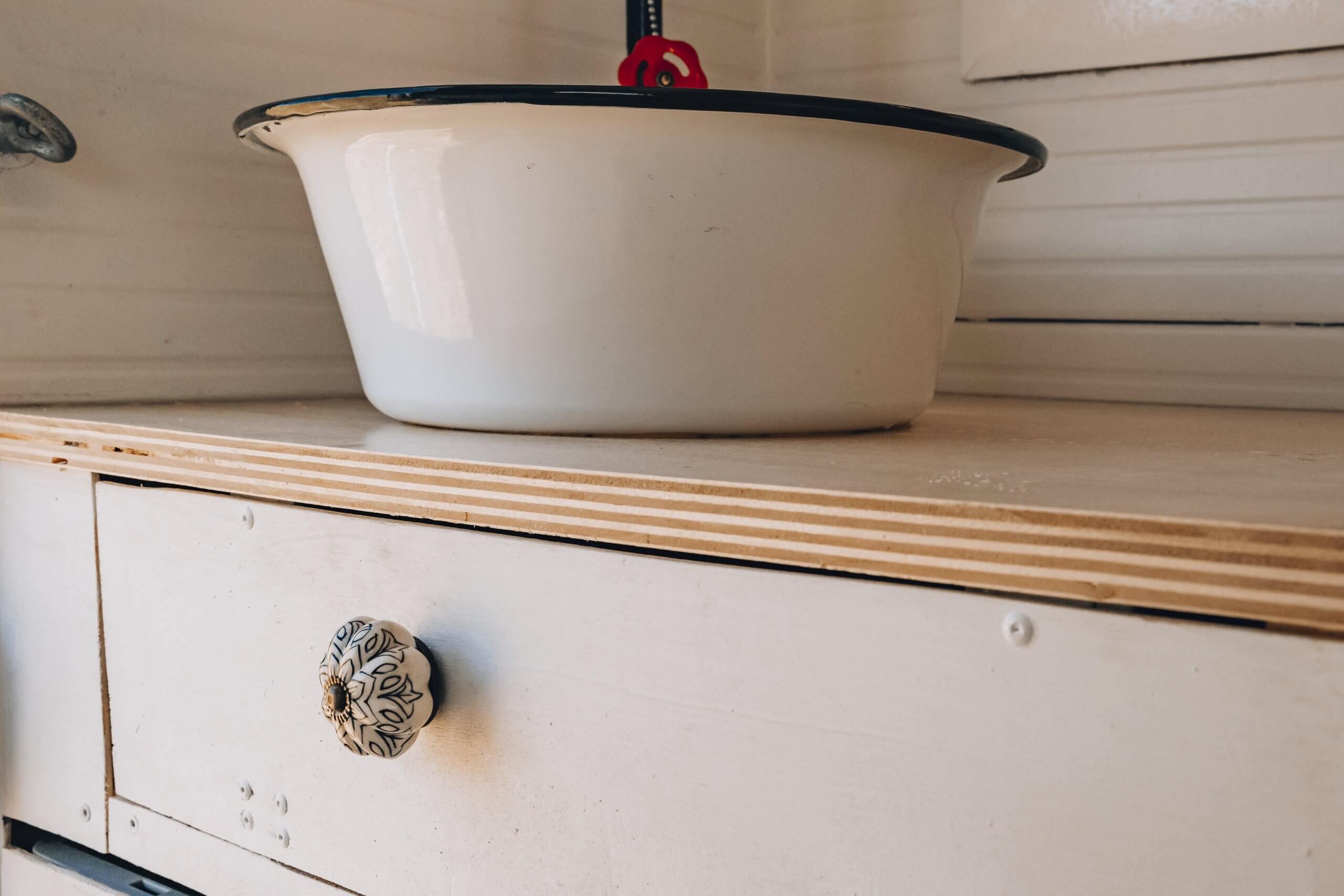 Waschbecken und Schränke