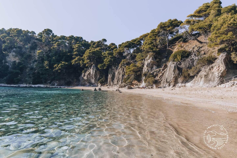 klares Wasser und eine traumhafte Kulisse - am Alonáki Beach