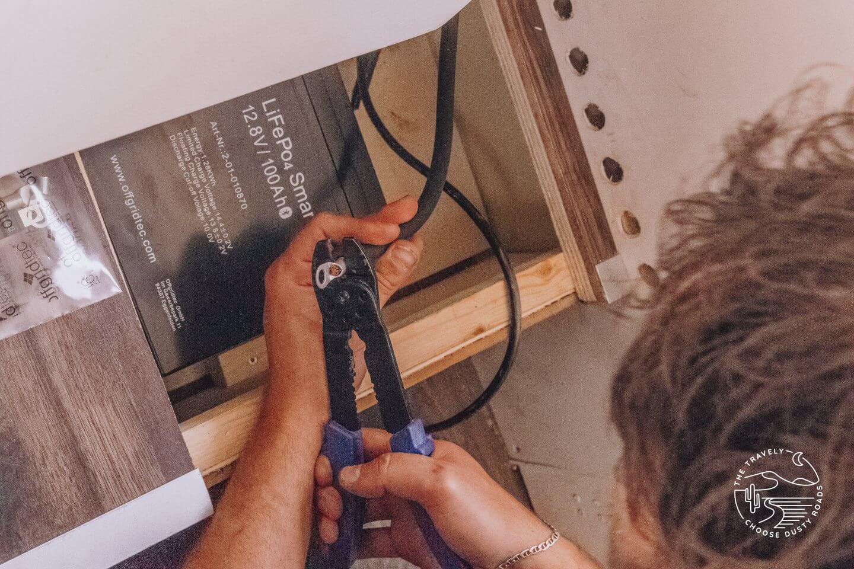 Kabel in die Wohnkabine verlegen und Kabelöse anbringen