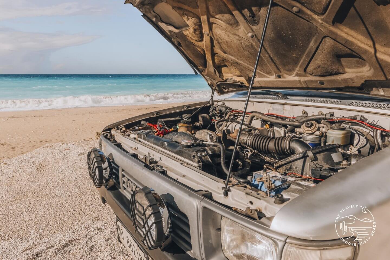 Einbau der neuen Batterie an einem griechischen Strand