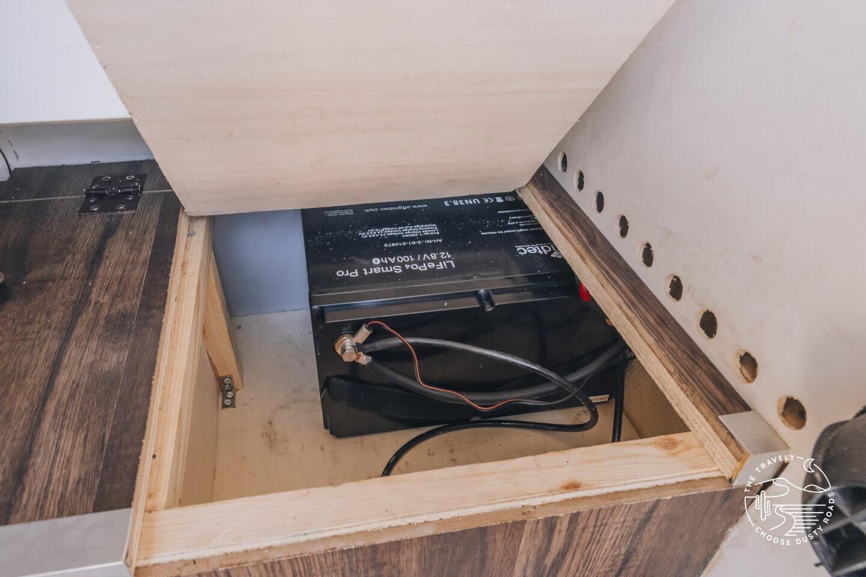 Neue LiFePo4 Batterie im Unterfach in der Wohnkabine