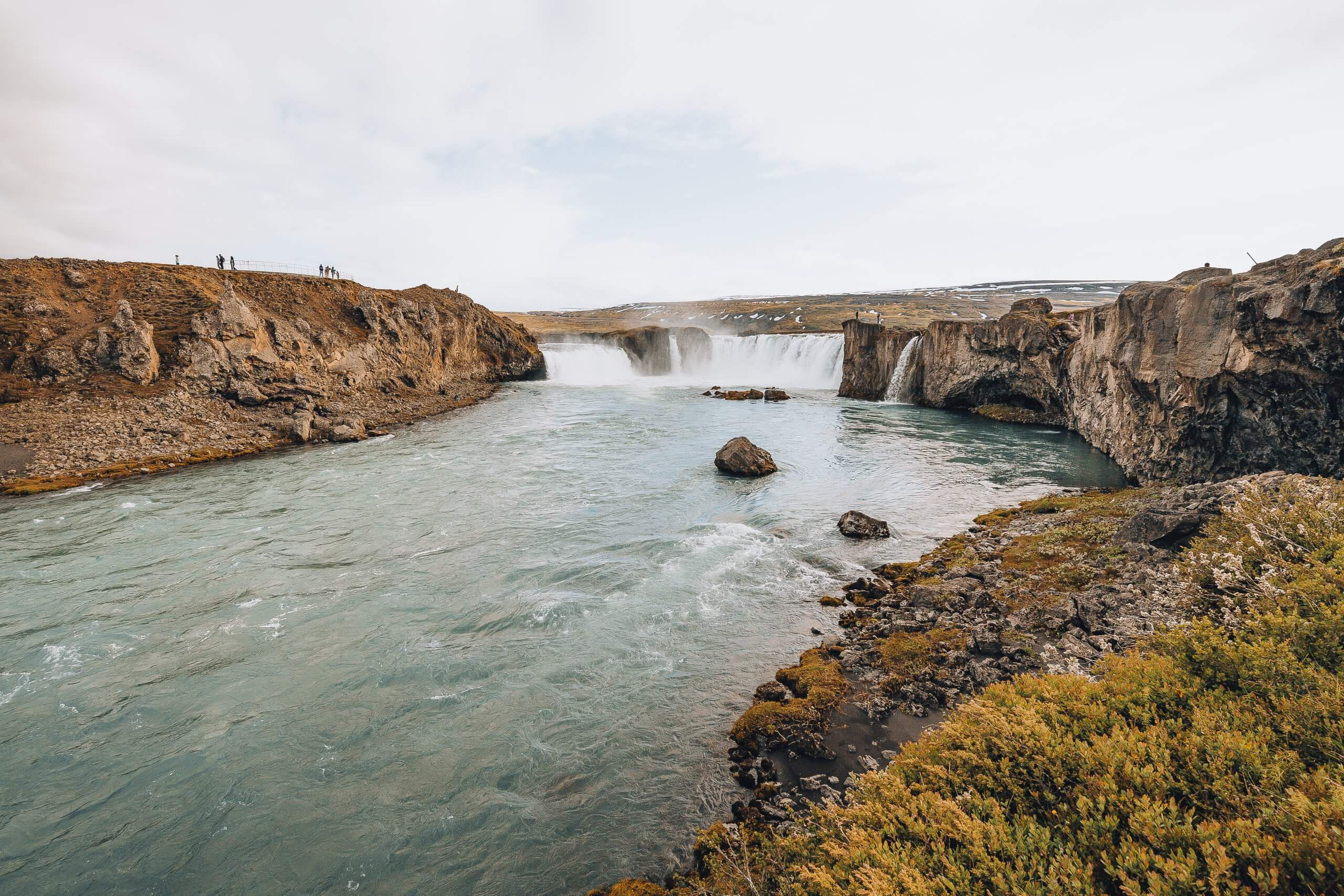 Highlight eines Island Roadtrips: der tosende Godafoss