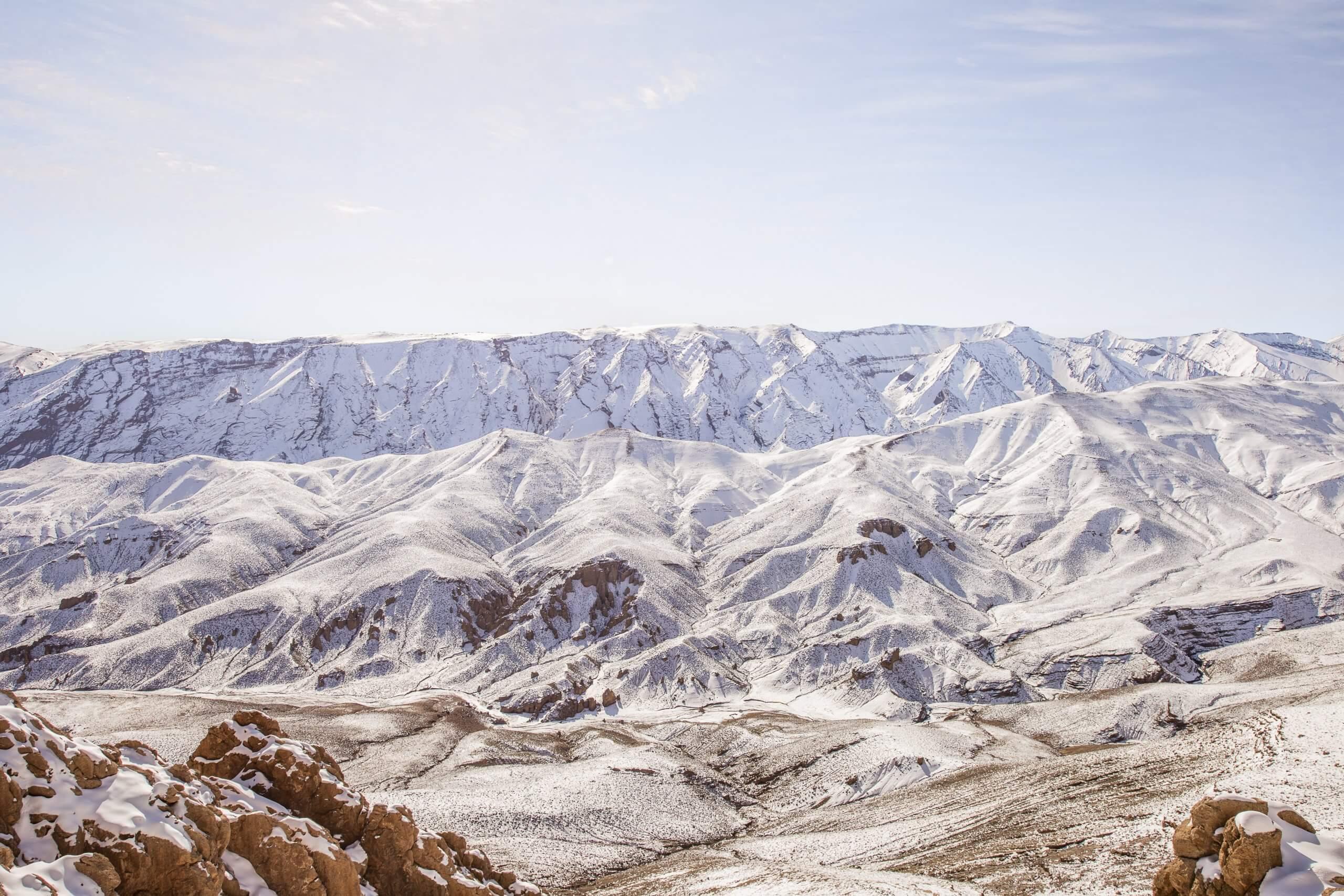 die schneebedeckten Gipfel des Hohen Atlas