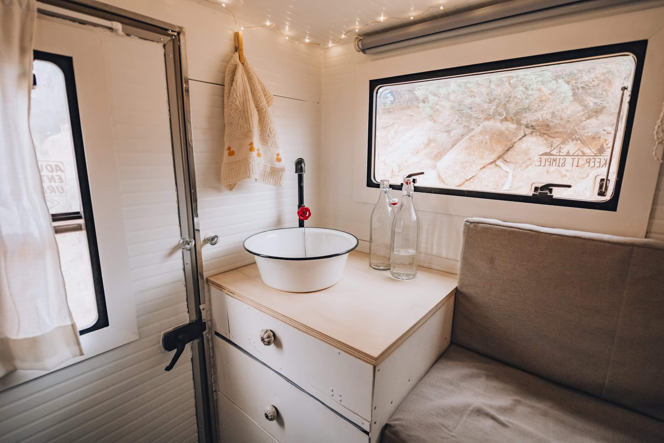 Selbstausbau: linke Küchenzeile mit Waschbecken