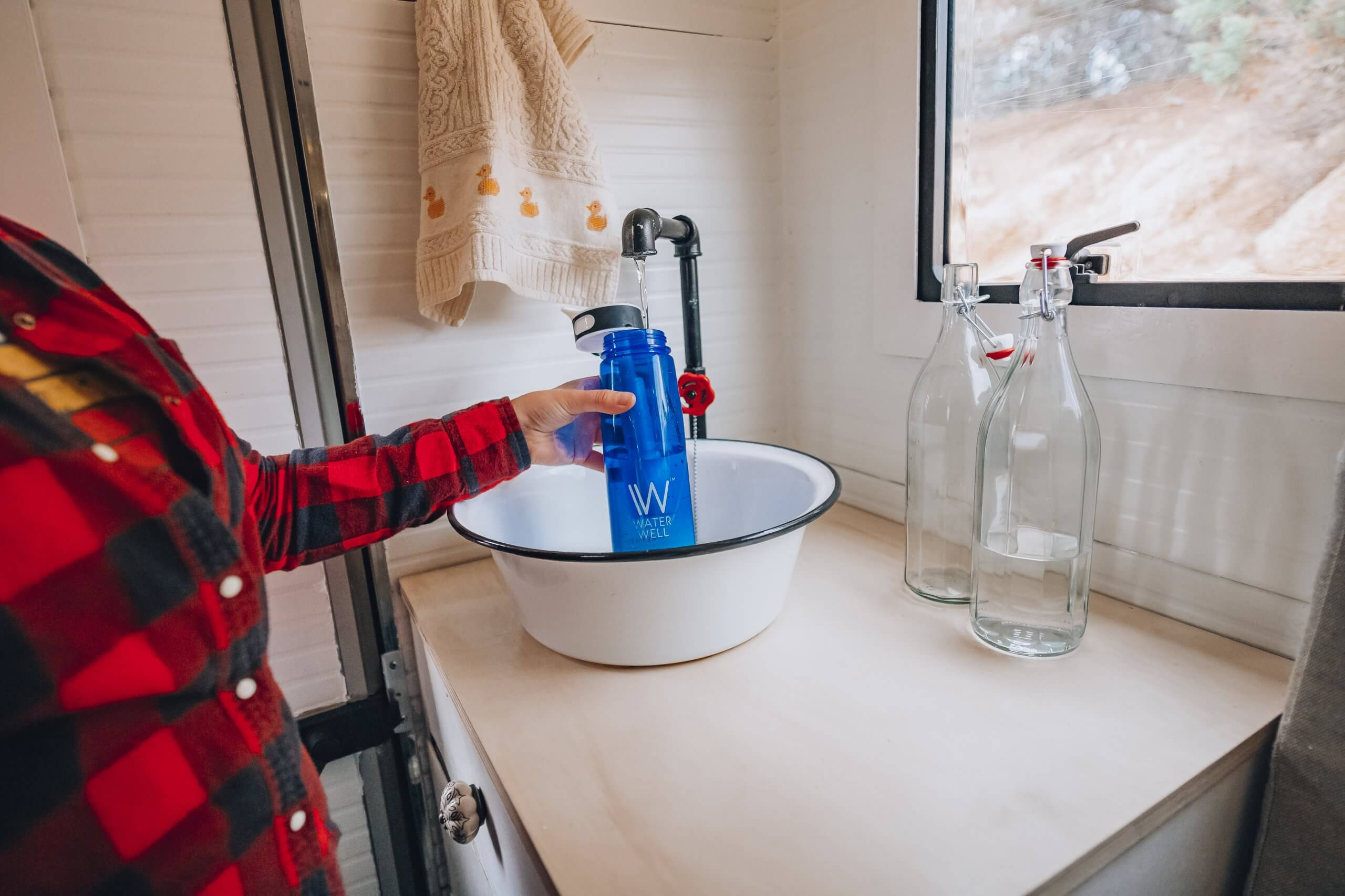 Wir filtern das Wasser vor dem Trinken durch einen Kohlefilter