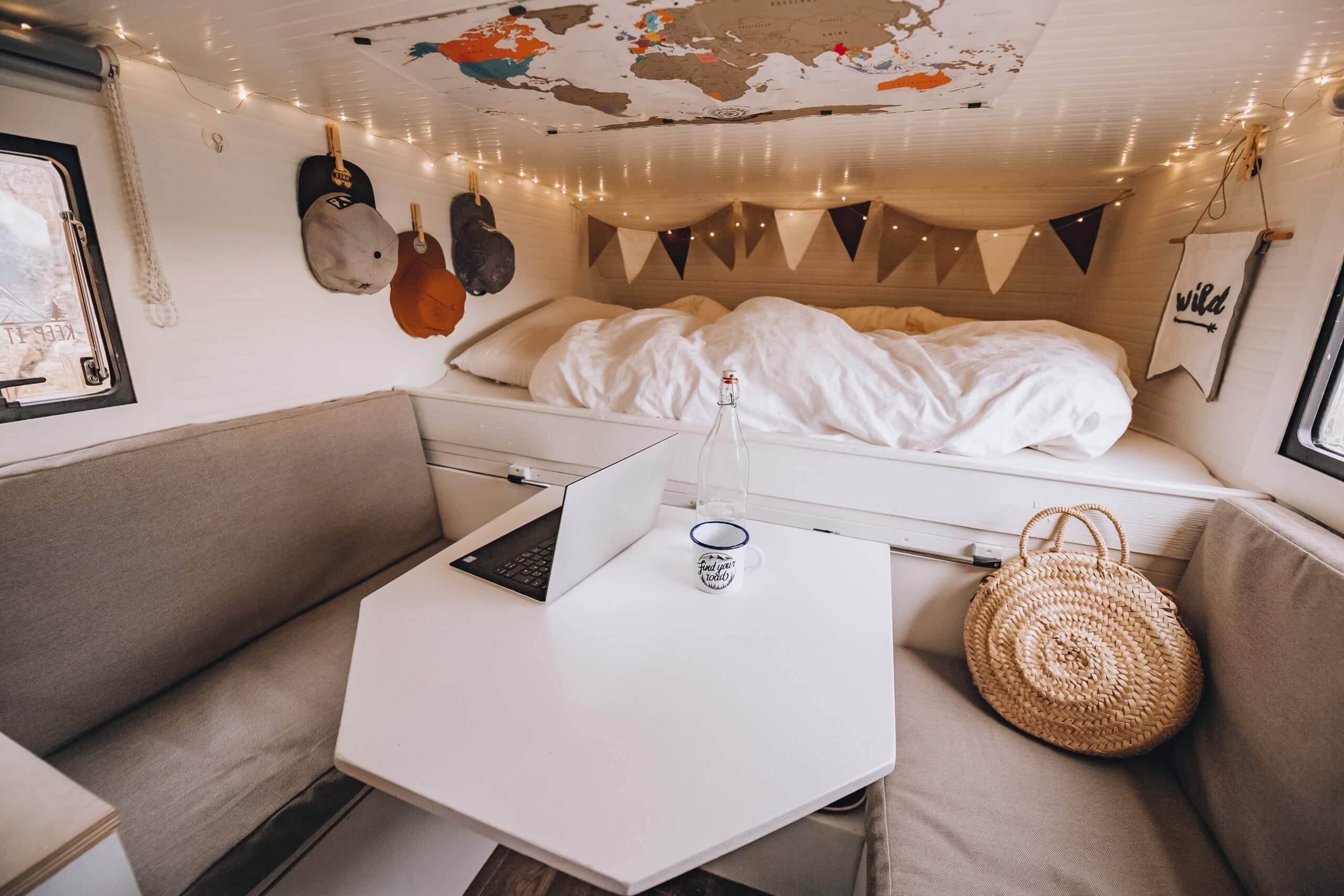 Tisch, Sitzecke und Bett des Innenausbaus