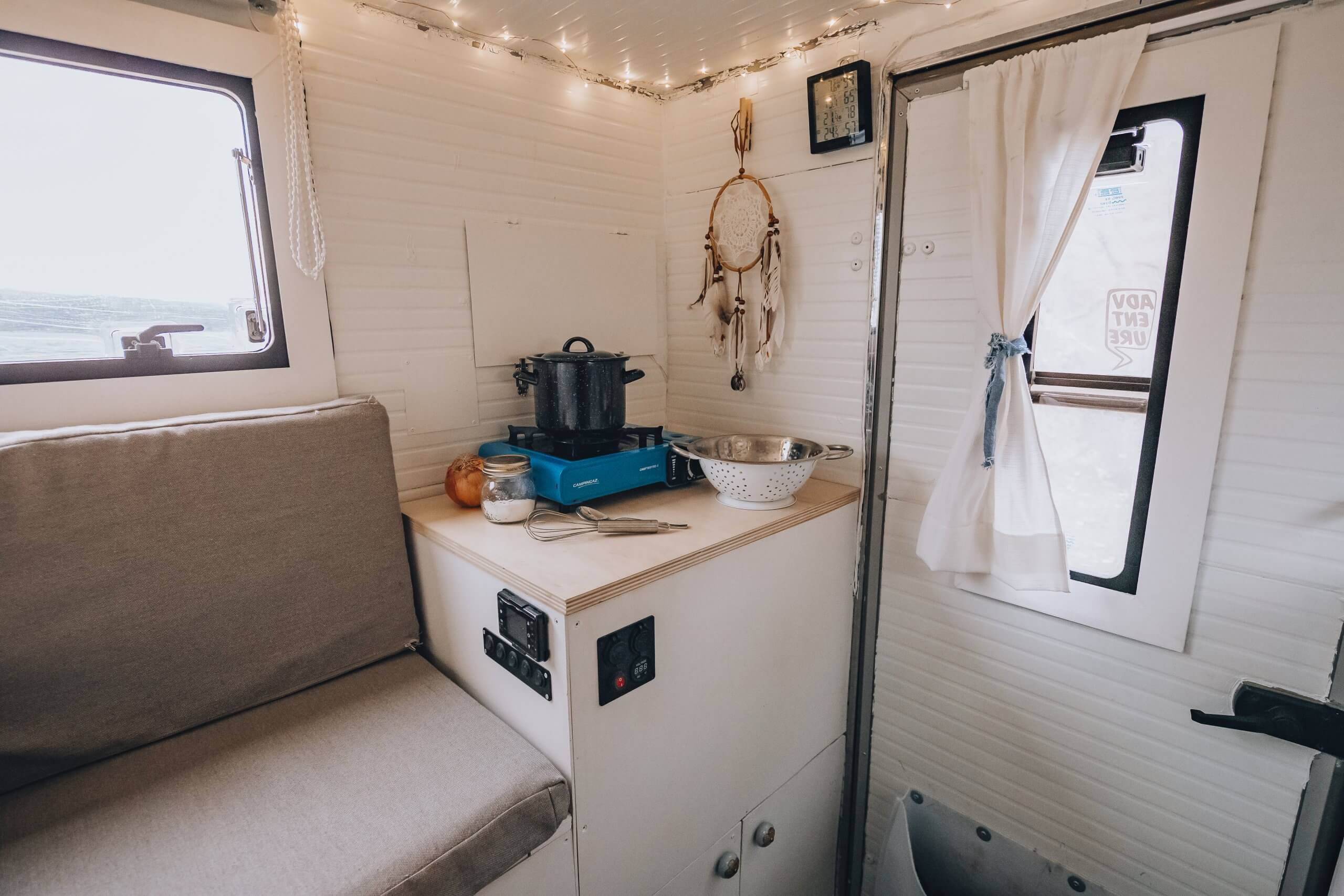 Selbstausbau: rechte Küchenzeile mit Schrank für Kompressorkühlbox