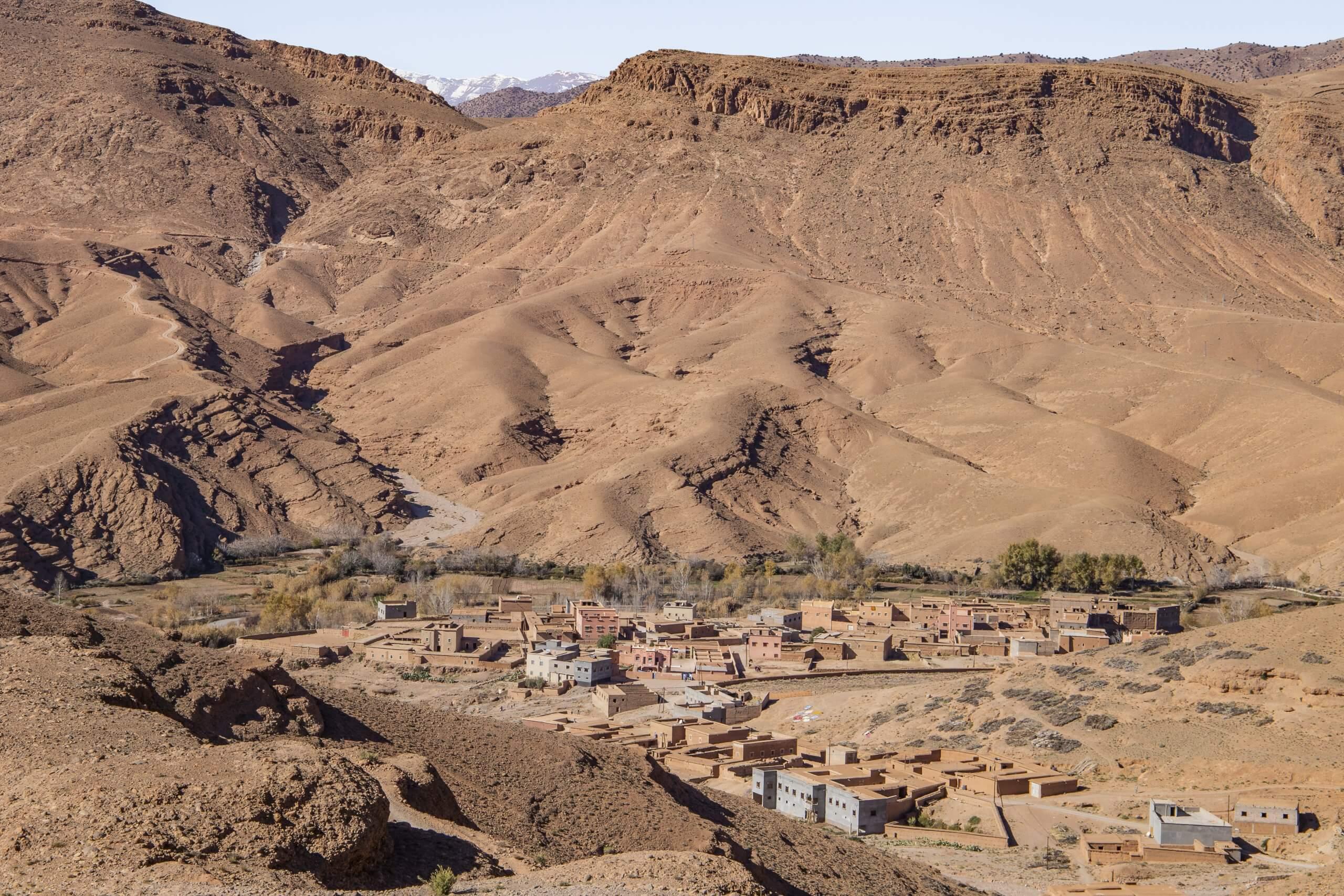 vorbei an kleinen Berberdörfern