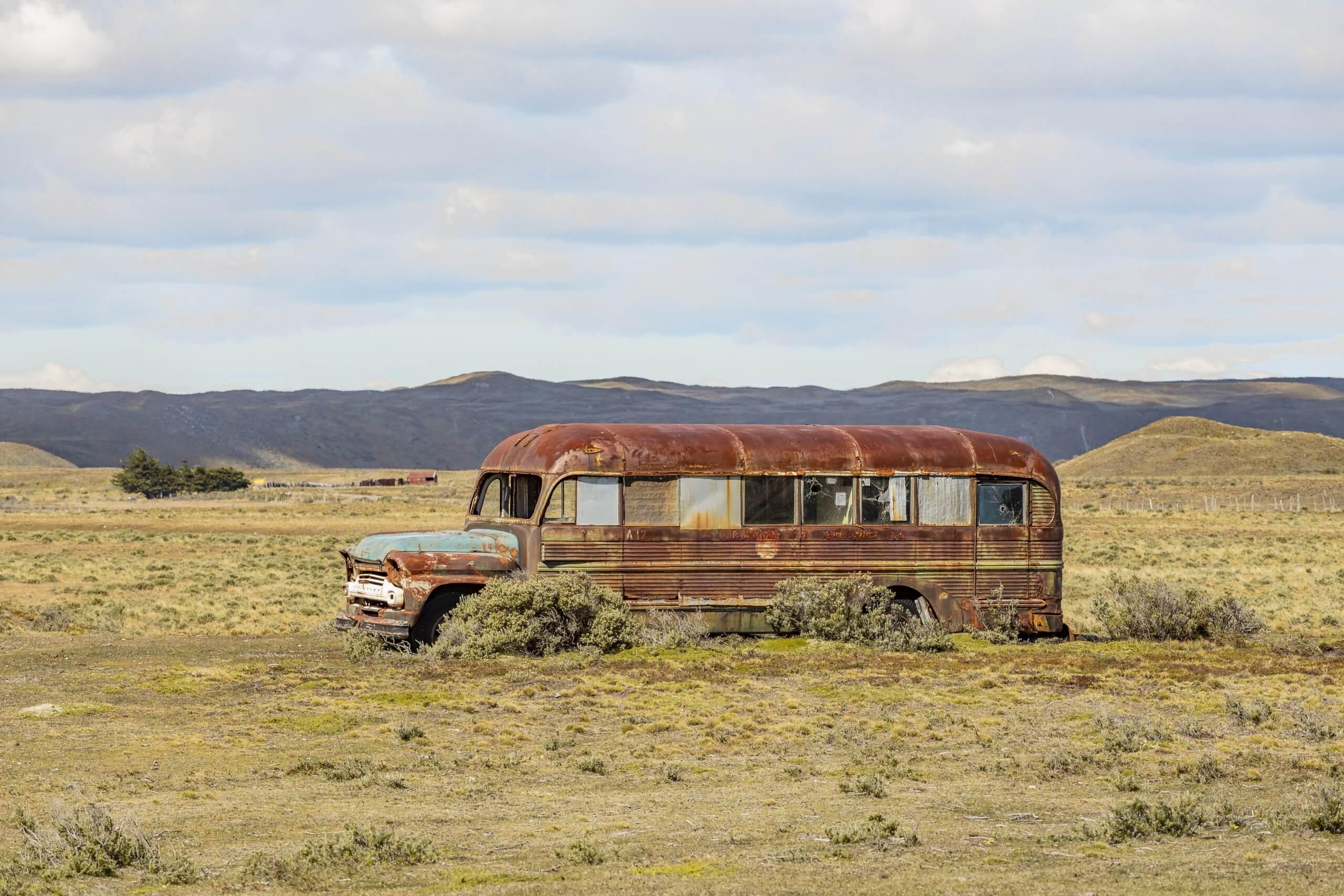 einsame Autowracks in der Steppe