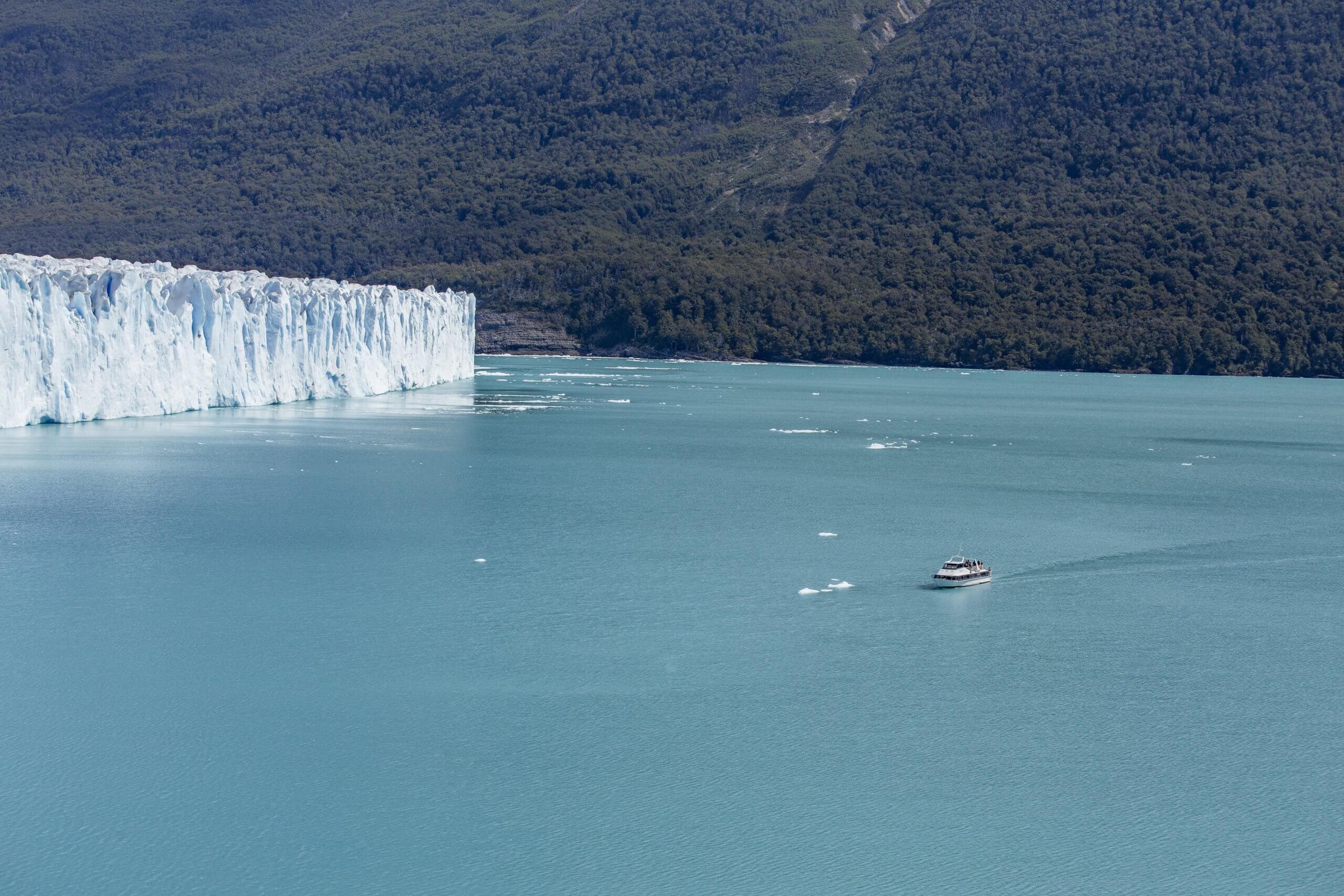 Ausflugsboot in der Gletscherlagune