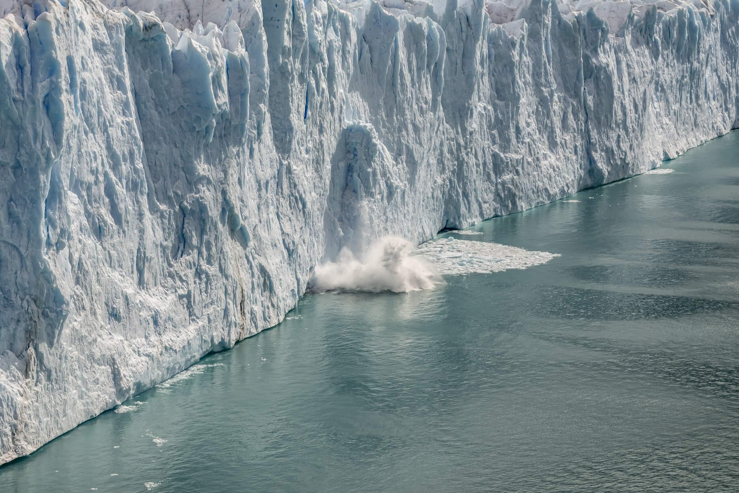 alle paar Minuten lösen sich Eisbrocken und stürzen in die Lagune
