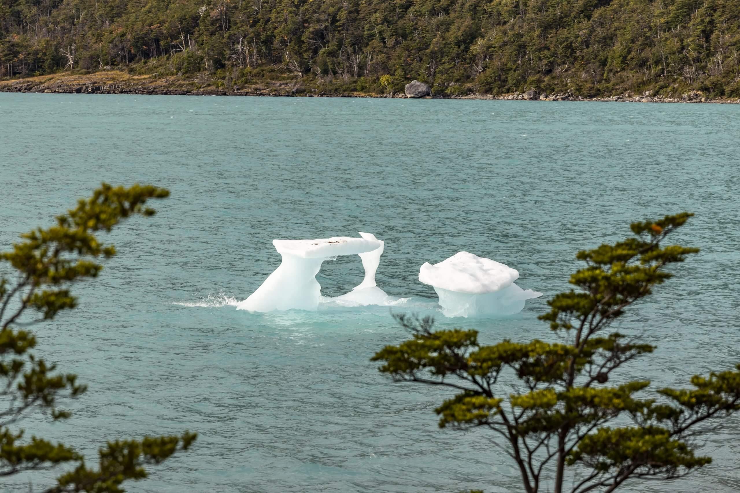 kleine Eisberge treiben in der Gletscherlagune